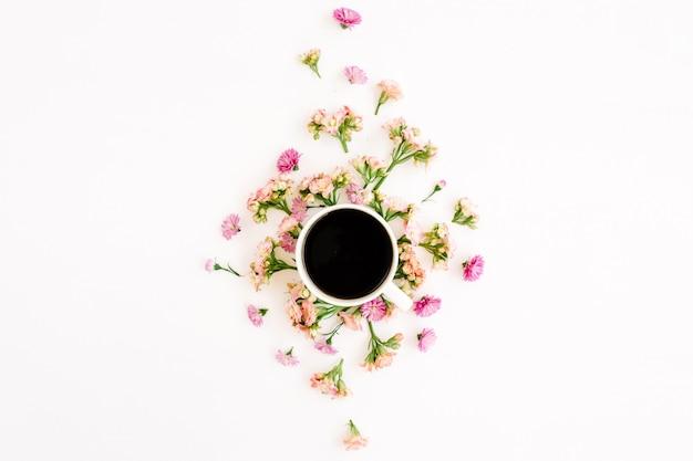 Xícara de café e composição floral com flores silvestres