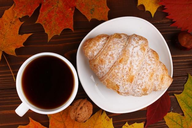 Xícara de café e croissant de outono natureza morta