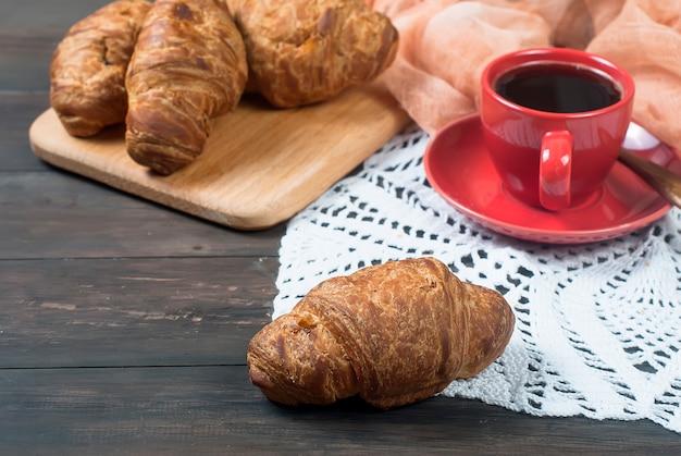 Xícara de café e croissants