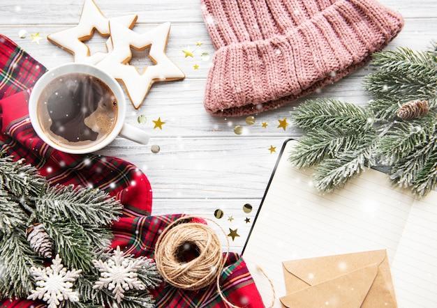 Xícara de café e decorações de natal