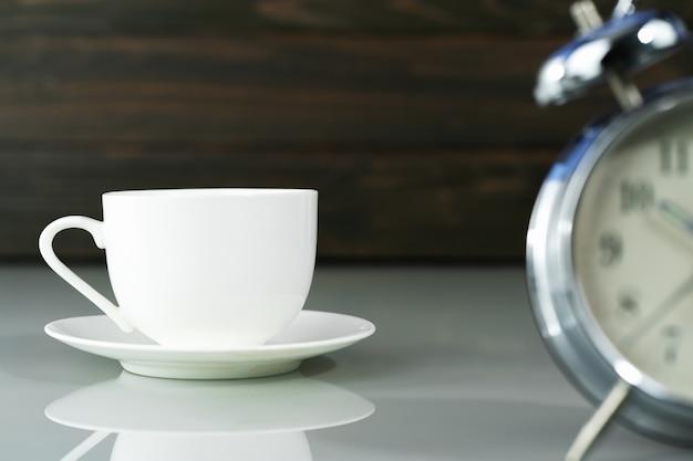 Xícara de café e despertador