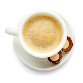 Xícara de café e doces em fundo branco