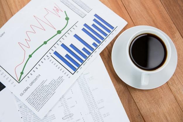 Xícara de café e documento gráfico