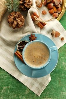 Xícara de café e especiarias doces na bandeja de metal, vista superior