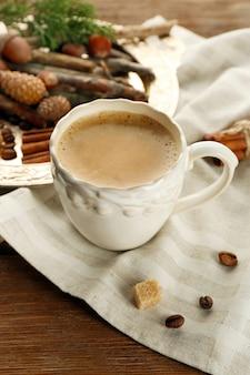 Xícara de café e especiarias na bandeja de metal no guardanapo