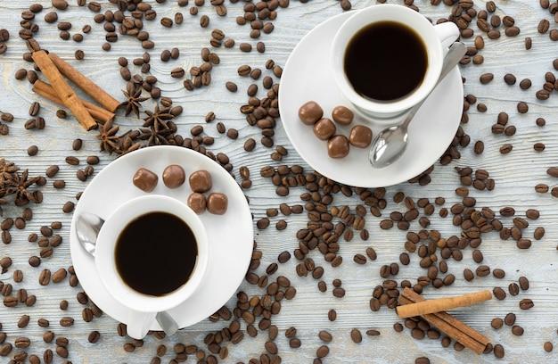 Xícara de café e estrelas de anis