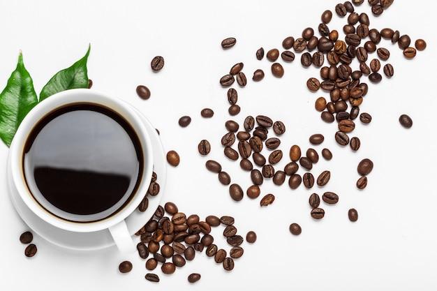 Xícara de café e feijão em um fundo branco