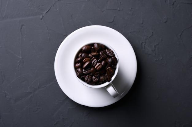 Xícara de café e feijão no velho cinza cozinha beton, mesa de pedra. vista superior com copyspace para seu texto