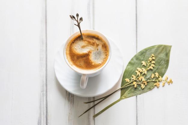Xícara de café e flores secas