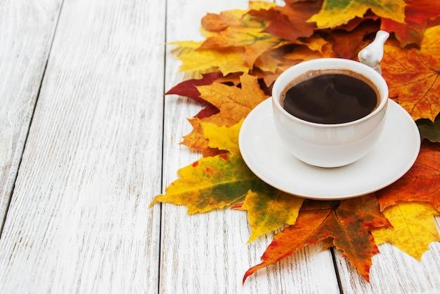 Xícara de café e folhas de outono