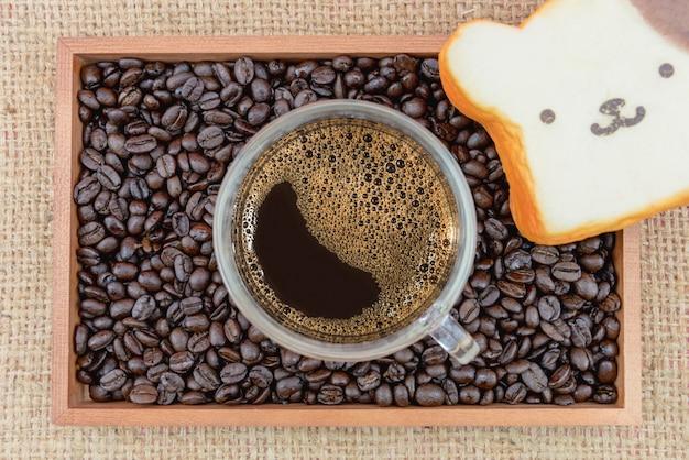 Xícara de café e grãos de café em caixa