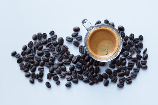 Xícara de café e grãos de café isolados