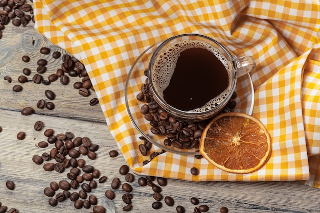 Xícara de café e grãos de café na mesa