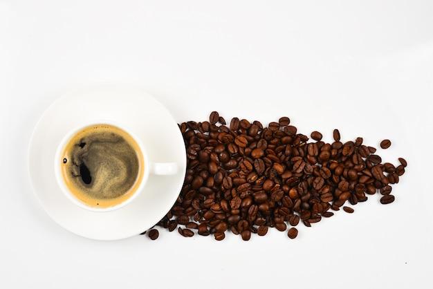 Xícara de café e grãos de café.