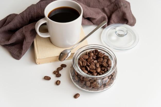 Xícara de café e grãos de café