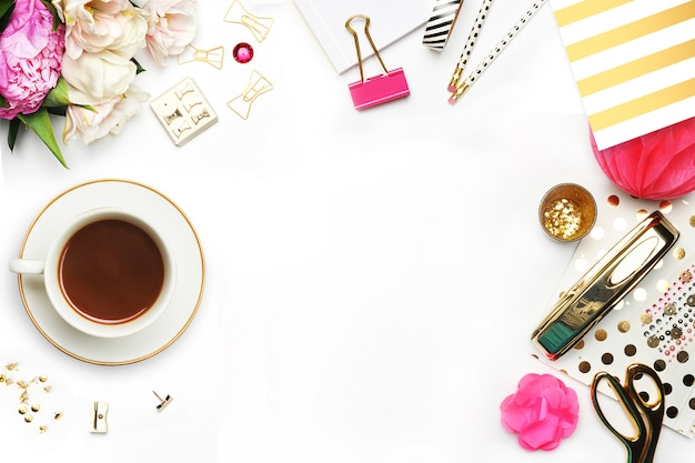 Xícara de café e itens em cima da mesa.