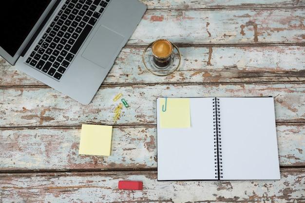 Xícara de café e laptop com diário