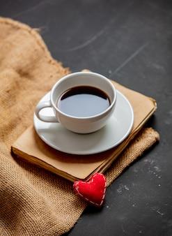 Xícara de café e livro vintage com coração
