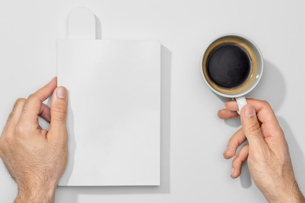 Xícara de café e livros vazios
