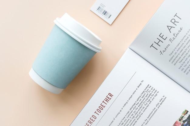 Xícara de café e maquete de livro