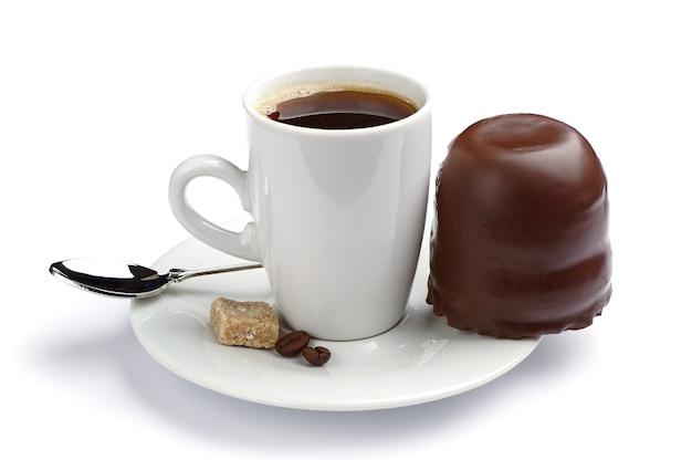 Xícara de café e marshmallows com chocolate branco