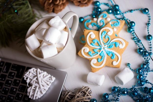 Xícara de café e marshmallows. pão de mel e decorações de natal