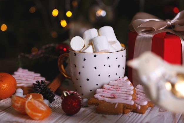 Xícara de café e marshmallows. presentes, biscoitos de gengibre e decorações de natal