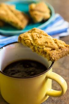 Xícara de café e mini bolos