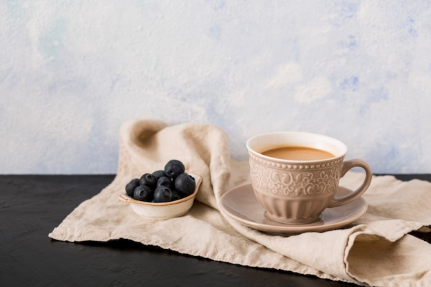 Xícara de café e mirtilos