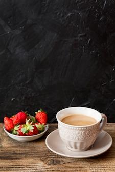 Xícara de café e morangos