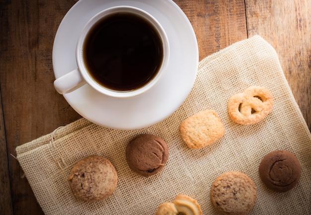 Xícara de café e muitas formas de biscoito