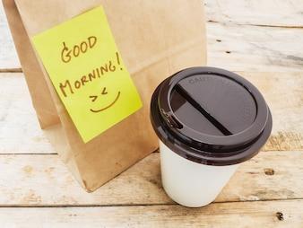 Xícara de café e o bloco de notas