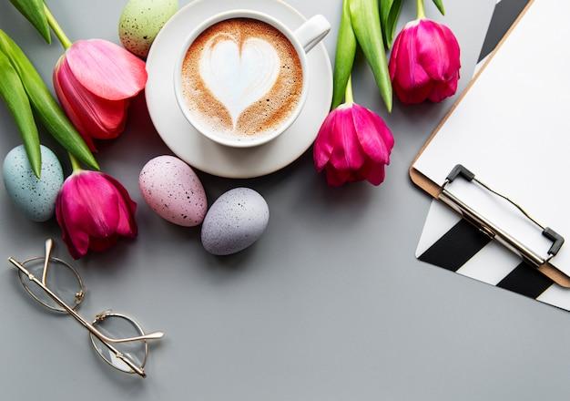Xícara de café e ovos de páscoa