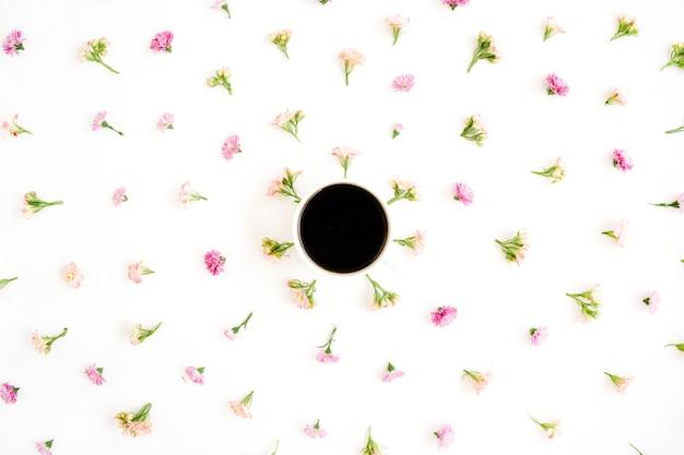 Xícara de café e padrão floral de flores silvestres