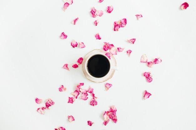 Xícara de café e pétalas de rosa em branco