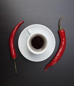 Xícara de café e pimenta vermelha