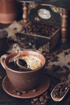Xícara de café e pires em uma mesa de madeira. foto em tons
