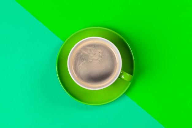 Xícara de café e pires na cor