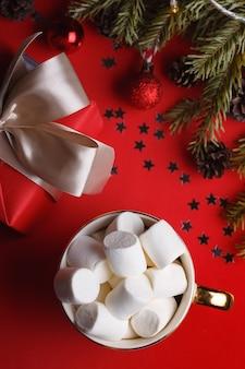 Xícara de café e presentes de marshmallows e decorações de natal
