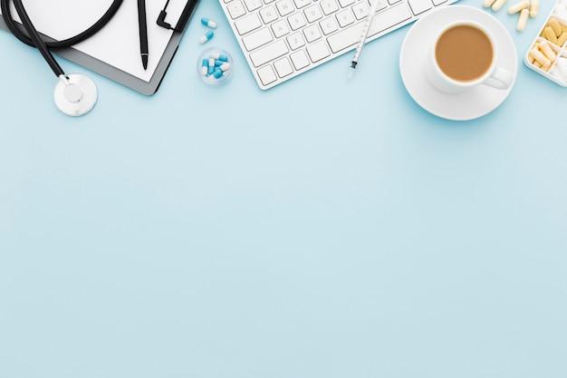 Xícara de café e teclado com cópia-espaço