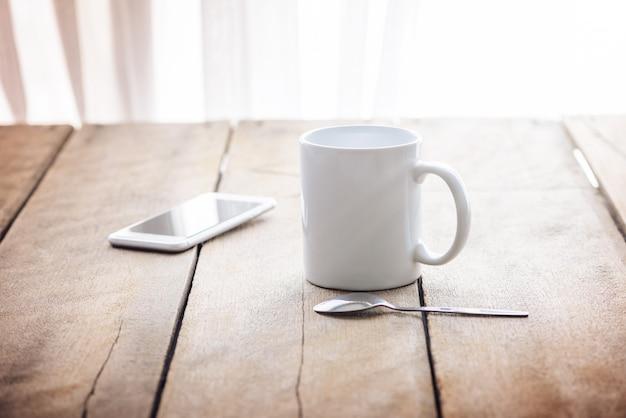 Xícara de café e telefone inteligente