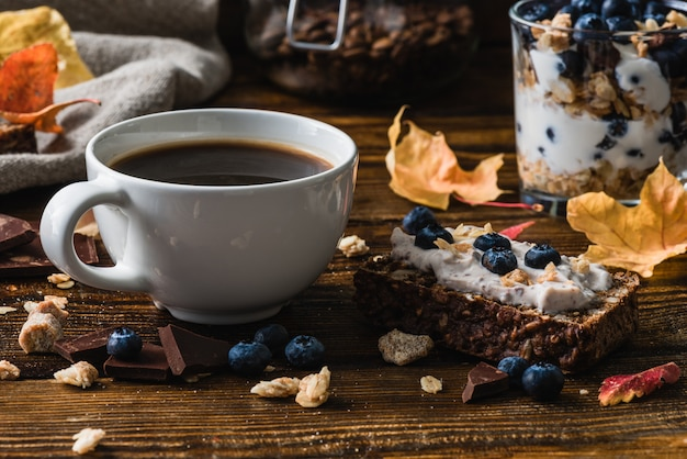 Xícara de café e torradas de mirtilo Foto Premium