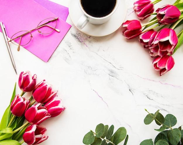 Xícara de café e tulipas cor de rosa