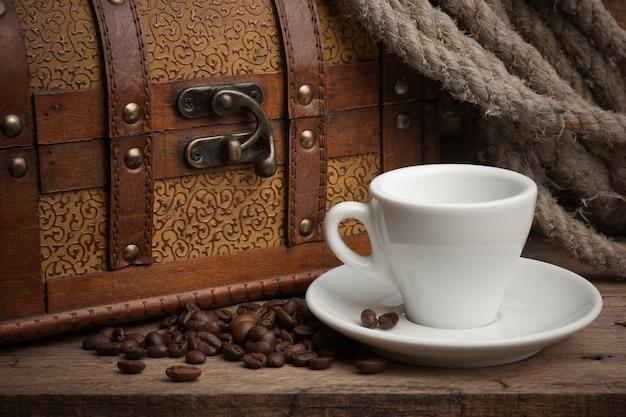 Xícara de café e um baú, ainda vida