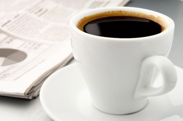 Xícara de café e um jornal