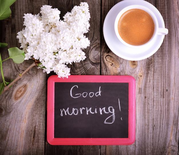 Xícara de café e um quadro negro