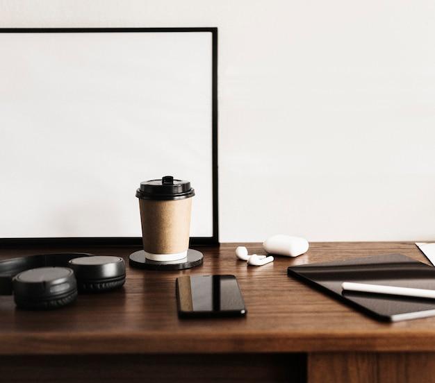 Xícara de café e um tablet digital em uma mesa de madeira