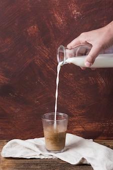Xícara de café e uma garrafa de leite