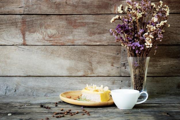 Xícara de café e vaso em madeira.