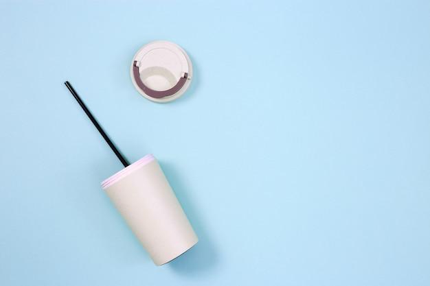Xícara de café ecológica reutilizável e canudo de metal conceito de desperdício zero